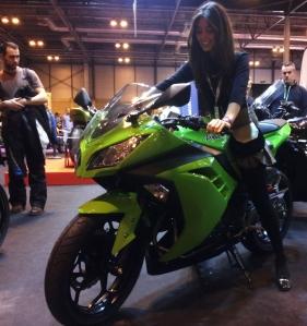 Nuestra guapísima colaboradora encantada con la Ninja 300 una moto preciosa para una chica preciosa -en este caso-