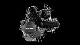 Este es el Motor de la 797, idéntico a la 696 excepto por los cambios que supone aumentar la carrera. Las cabezas sobre la culata del motor es donde se aloja el sistema DESMO.