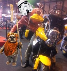 Stormtrooper en su Kawa con amigo ewook