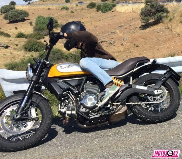 Ducati Scrambler tumbando