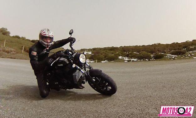 Tocando rodilla en la Yamaha FasterSons